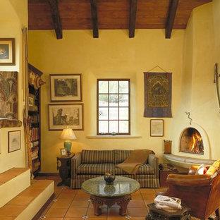 アルバカーキの中サイズのサンタフェスタイルのおしゃれな独立型リビング (フォーマル、黄色い壁、トラバーチンの床、暖炉なし、テレビなし) の写真