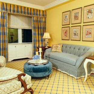 Foto di un soggiorno classico di medie dimensioni e aperto con sala formale, pareti gialle, pavimento in legno massello medio, nessun camino, nessuna TV e pavimento giallo