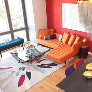 Foto på ett funkis allrum med öppen planlösning, med röda väggar och mellanmörkt trägolv