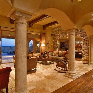 Ispirazione per un grande soggiorno mediterraneo aperto con pareti beige, pavimento in travertino e pavimento beige