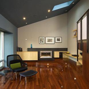 Свежая идея для дизайна: гостиная комната в современном стиле с серыми стенами - отличное фото интерьера