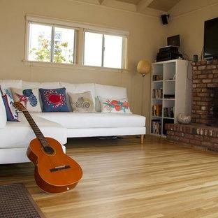Immagine di un soggiorno tradizionale di medie dimensioni e chiuso con sala formale, pareti beige, parquet chiaro, camino classico, cornice del camino in legno, nessuna TV e pavimento nero