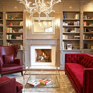 Repräsentatives Klassisches Wohnzimmer mit grauer Wandfarbe, braunem Holzboden und Kamin in New York