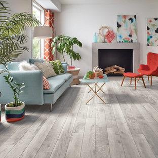 Mittelgroßes, Fernseherloses, Offenes Modernes Wohnzimmer mit weißer Wandfarbe, Vinylboden, Kamin und beigem Boden in Sonstige