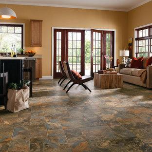 Foto de salón para visitas abierto, tradicional, de tamaño medio, sin televisor, con parades naranjas, suelo de baldosas de porcelana y suelo multicolor