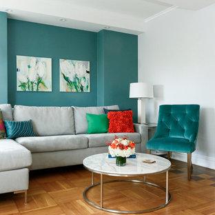 Idee per un grande soggiorno minimalista aperto con angolo bar, pareti verdi, pavimento in legno massello medio, nessun camino e TV a parete