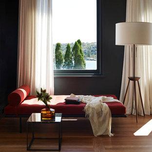 Foto di un soggiorno design con sala formale, pareti nere e pavimento in legno massello medio