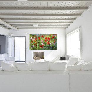 マルセイユの広い地中海スタイルのおしゃれなLDK (白い壁、塗装フローリング、暖炉なし、テレビなし、ミュージックルーム、白い床) の写真