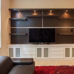 Ispirazione per un soggiorno contemporaneo di medie dimensioni e aperto con sala formale, pareti beige, pavimento in travertino, nessun camino e TV autoportante