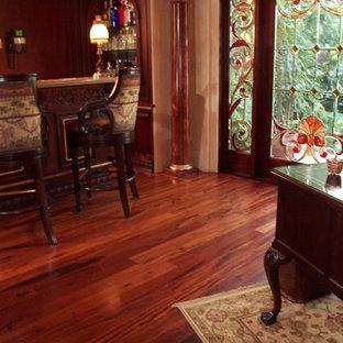 Idee per un ampio soggiorno classico con parquet scuro, camino classico e pavimento rosso