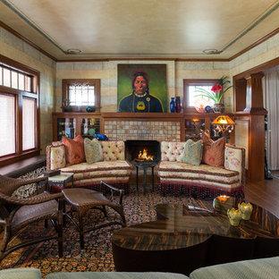 Immagine di un soggiorno stile americano di medie dimensioni e chiuso con sala formale, pavimento in legno massello medio, camino classico, cornice del camino piastrellata, pareti beige, nessuna TV e pavimento marrone