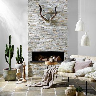 Immagine di un soggiorno american style con pareti bianche, pavimento in travertino e camino classico