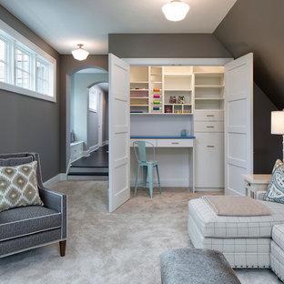 Idee per un soggiorno costiero chiuso e di medie dimensioni con pareti grigie, moquette e TV a parete