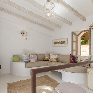Foto de salón cerrado, mediterráneo, pequeño, con paredes blancas y televisor independiente