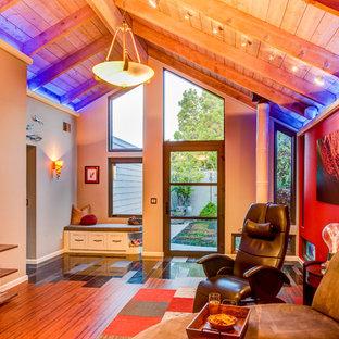 Foto di un soggiorno eclettico di medie dimensioni e aperto con pareti rosse, pavimento in sughero, camino bifacciale e TV a parete