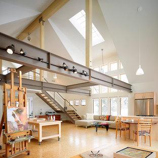Esempio di un grande soggiorno industriale aperto con sala formale, pareti bianche, pavimento in sughero, nessun camino e nessuna TV