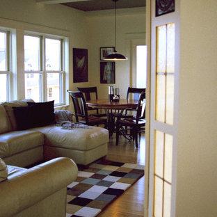 フィラデルフィアの大きいおしゃれな独立型リビング (グレーの壁、竹フローリング、内蔵型テレビ、茶色い床) の写真