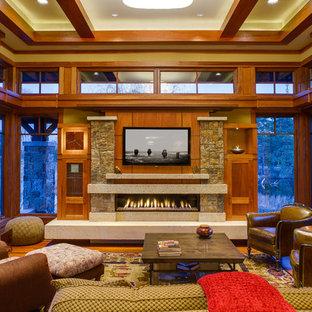 Großes Uriges Wohnzimmer mit gelber Wandfarbe, braunem Holzboden, Gaskamin und Wand-TV in Minneapolis