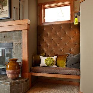 ミネアポリスの中サイズのおしゃれなLDK (茶色い壁、カーペット敷き、標準型暖炉、タイルの暖炉まわり、フォーマル、テレビなし) の写真