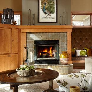 Immagine di un soggiorno american style di medie dimensioni e chiuso con sala formale, pareti beige, moquette, camino classico, cornice del camino piastrellata e nessuna TV