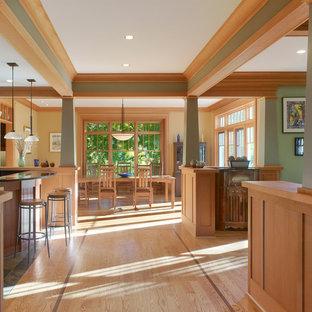 Immagine di un soggiorno stile americano aperto con pareti verdi e parquet chiaro