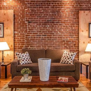 Ejemplo de salón para visitas abierto, industrial, pequeño, sin chimenea y televisor, con paredes rojas y suelo de madera en tonos medios