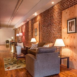 Foto de salón para visitas abierto, industrial, pequeño, sin chimenea y televisor, con suelo de madera en tonos medios y paredes rojas
