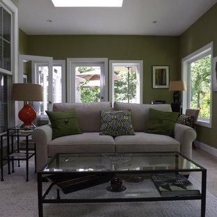 Imagen de salón abierto, tradicional, de tamaño medio, con paredes verdes, suelo de baldosas de cerámica y chimenea tradicional
