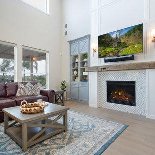 Idéer för mycket stora vintage allrum med öppen planlösning, med vita väggar, ljust trägolv, en standard öppen spis, en spiselkrans i trä, en väggmonterad TV och beiget golv