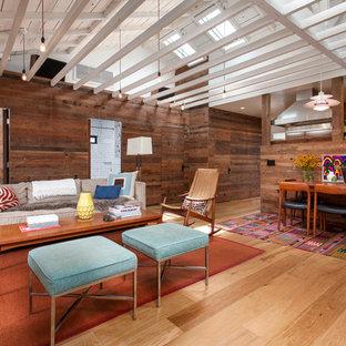Imagen de salón abierto, ecléctico, de tamaño medio, sin chimenea, con paredes marrones, suelo de madera clara y suelo amarillo