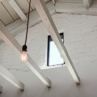 ロサンゼルスの中サイズのラスティックスタイルのおしゃれなLDK (白い壁、淡色無垢フローリング、暖炉なし、黄色い床) の写真