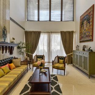 ムンバイの中サイズのアジアンスタイルのおしゃれなファミリールーム (白い壁、ベージュの床) の写真