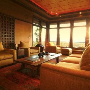 Modelo de salón para visitas cerrado, actual, grande, sin televisor, con parades naranjas y suelo de madera oscura