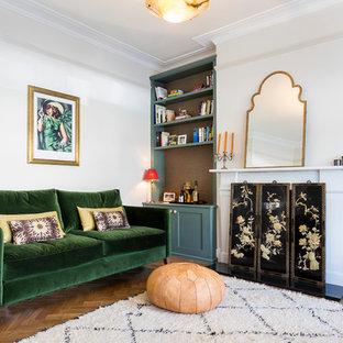 Idée de décoration pour un salon avec une bibliothèque ou un coin lecture asiatique de taille moyenne et fermé avec un mur blanc, un sol en bois brun, une cheminée standard et un manteau de cheminée en pierre.