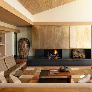 Imagen de salón para visitas abierto, de estilo zen, pequeño, con paredes blancas, marco de chimenea de metal, chimenea tradicional y televisor retractable