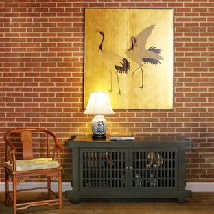 Inspiration för små asiatiska loftrum, med ett bibliotek, röda väggar och mellanmörkt trägolv