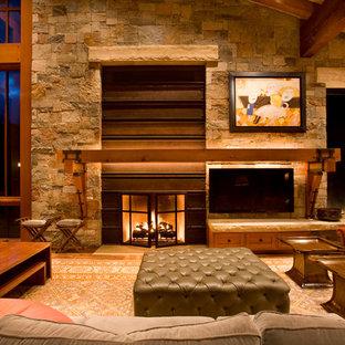 Immagine di un grande soggiorno minimal aperto con camino classico, TV a parete, pareti beige, parquet scuro, cornice del camino in metallo e pavimento marrone