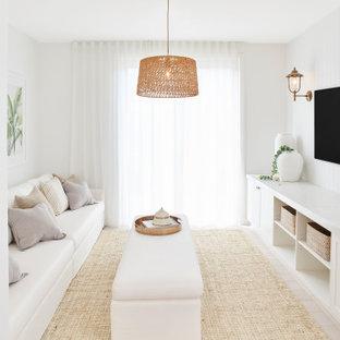 Inspiration pour un salon traditionnel fermé avec un mur blanc, aucune cheminée, un téléviseur fixé au mur, un sol beige et du lambris.