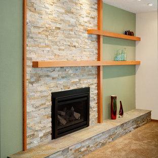 ポートランドのおしゃれなLDK (緑の壁、淡色無垢フローリング、石材の暖炉まわり) の写真