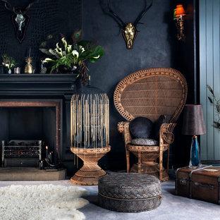 Foto de salón para visitas cerrado, bohemio, con paredes negras y chimenea tradicional