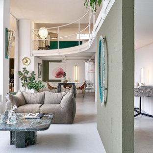 Idee per un soggiorno contemporaneo aperto con pareti bianche, pavimento in cemento e pavimento grigio