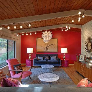 Idéer för att renovera ett funkis vardagsrum, med röda väggar och mellanmörkt trägolv