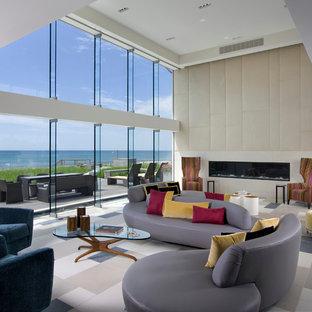 Foto di un ampio soggiorno design aperto con pareti beige e camino lineare Ribbon