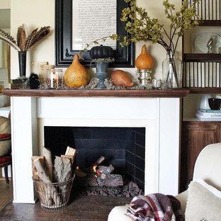 Idee per un soggiorno tradizionale di medie dimensioni e aperto con sala formale, pareti beige, camino classico, cornice del camino in mattoni e nessuna TV