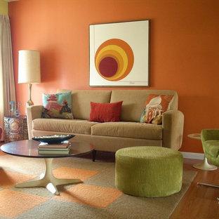 他の地域の小さいコンテンポラリースタイルのおしゃれな独立型リビング (オレンジの壁、淡色無垢フローリング) の写真