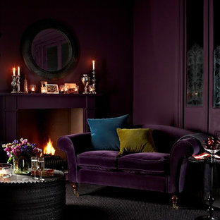 Diseño de salón abierto, bohemio, pequeño, sin televisor, con paredes púrpuras, moqueta, chimenea tradicional y marco de chimenea de yeso