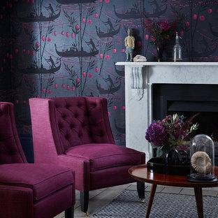 Cette image montre un salon asiatique avec un mur violet et un manteau de cheminée en pierre.
