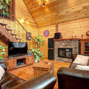 Ispirazione per un piccolo soggiorno stile rurale aperto con pareti marroni e pavimento in legno verniciato