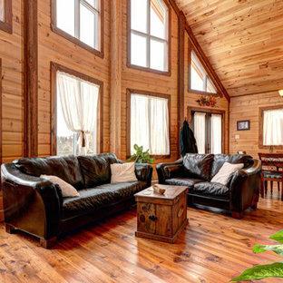 Idee per un piccolo soggiorno stile rurale aperto con pareti marroni e pavimento in legno verniciato