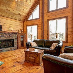 Foto di un piccolo soggiorno rustico aperto con pareti marroni e pavimento in legno verniciato